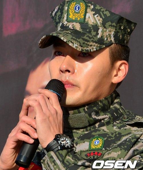 Hyun Bin rơi lệ vì cảm động trước sự chào đón nồng nhiệt của các fan trong ngày xuất ngũ