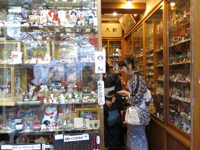 Một cửa hàng bán đồ lưu niệm