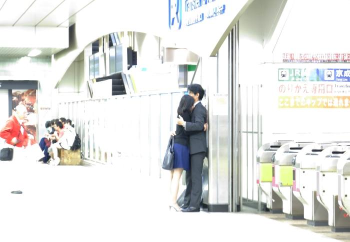 """Để chứng minh là người Nhật cũng rất lãng mạn tình cảm nhé (hình ảnh trong một ga tàu điện). Có lẽ máy ảnh cũng phẫn nộ với hành vi """"xâm phạm riêng tư"""" của mình nên tự nhiên hình bị sáng lóa thế này đây"""