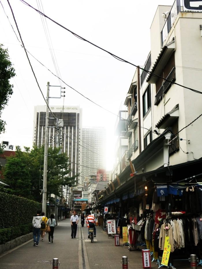 Một khu phố nhỏ bán đồ secondhand