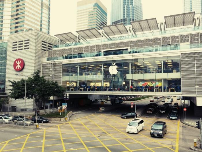 Không liên quan nhưng chắc nhiều bạn quan tâm: đây là Apple Showroom tại một plaza ngay gần bến phà, hoành tráng dữ hông??