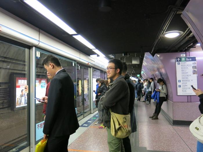 MTR station lúc 0h vẫn vô cùng đông đúc