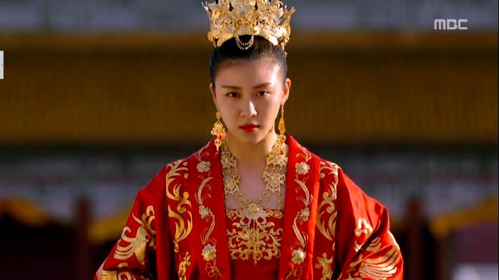 Trong lễ sắc phong Hoàng hậu ở đầu phim :)