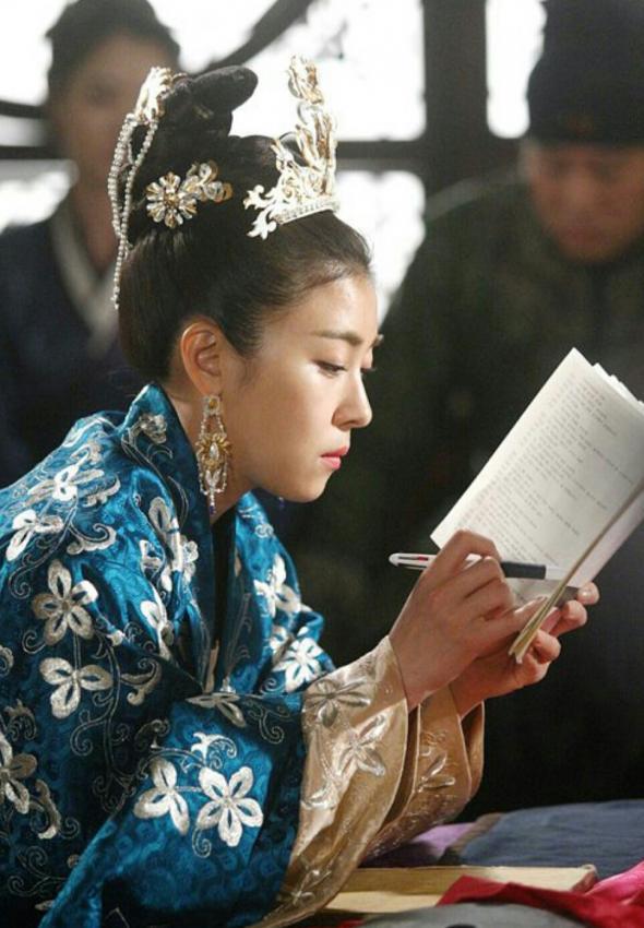 Ha Ji Won tập trung đọc kịch bản :D
