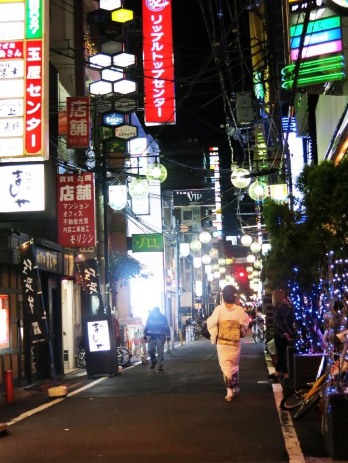 5 Nhung con pho nho hep ngap tran anh den neon  lam nen ve dep huyen ao dac trung luc ve dem cua Osaka