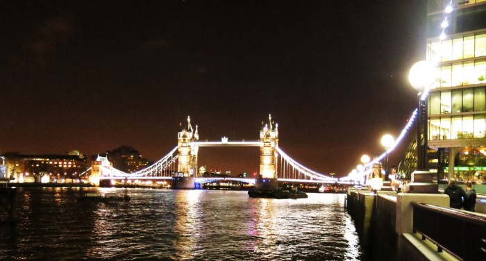 _Tower Bridge ben bo song Thames