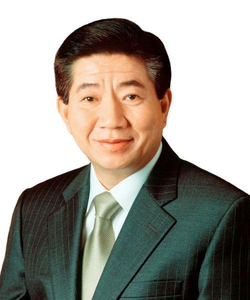 """Roo Moo-Hyun, cựu Tổng thống Hàn Quốc tự tử ở tuổi 62. Ông nhảy xuống vách núi phía sau tư gia của mình vào tháng 5, 2009, chỉ một năm sau khi rời ghế tổng thống. Trong thư tuyệt mệnh, ông cho biết với sức khỏe yếu, nếu tiếp tục sống ông sẽ trở thành gánh nặng cho những người xung quanh. Trích thư tuyệt mệnh: """"Xin đừng quá buồn đau. Chẳng phải sống và chết đều là một phần của tự nhiên hay sao? Đừng cảm thấy tiếc nuối. Đừng giận dữ bất kỳ ai. Đây là số phận. Hãy cho hỏa táng tôi. Chỉ cần đặt một tấm bia mộ nhỏ bên nhà tôi. Tôi suy tính chuyện này đã lâu rồi."""""""