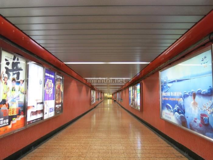 Ga tàu điện Mong Kok được lát gạch rất đẹp mắt