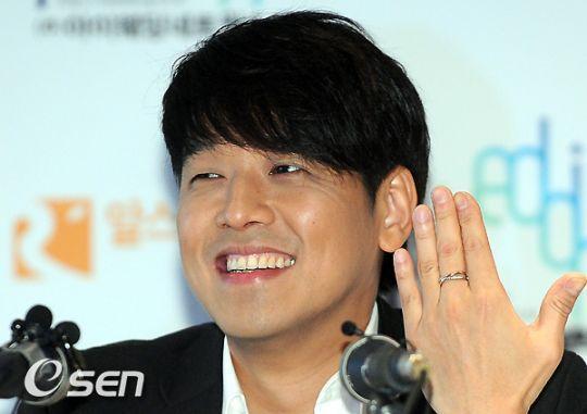 Ryu Shi Won từng hạnh phúc khoe nhẫn khi công bố kết hôn vào năm