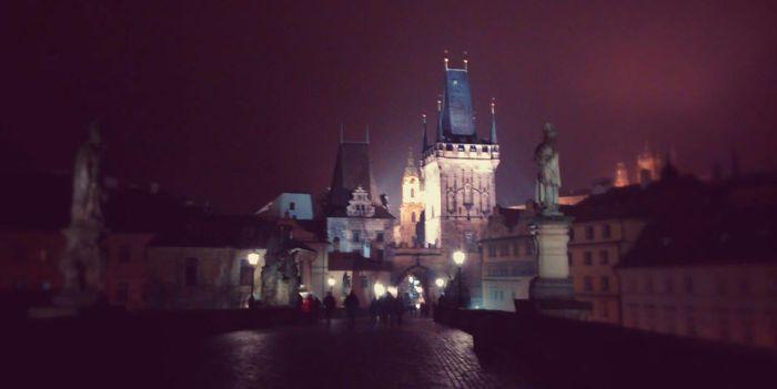 Ảnh được chụp bằng di động trên cầu Charles tại Praha, vào ngày đầu tiên tôi đặt chân đến nơi  đây
