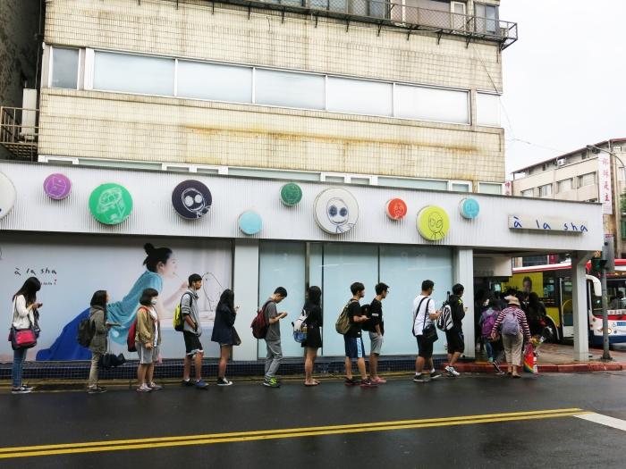 Dân Đài Bắc xếp hàng vào một cửa hiệu bình dân