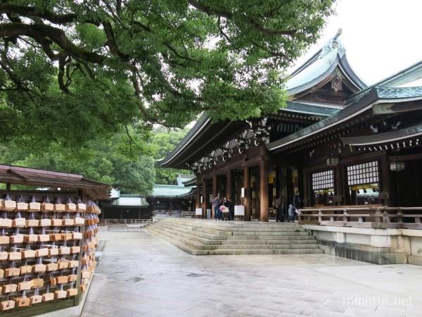 Những thanh gỗ gửi gắm ước nguyện của khách thăm quan được treo bên ngoài sân đền
