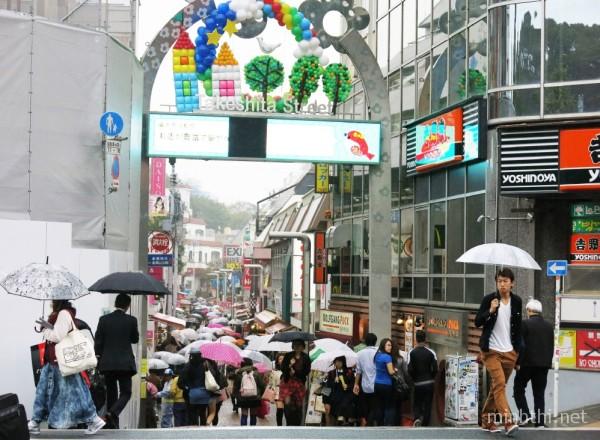 Quang cảnh tấp nập của phố Takeshita gần khu rừng Meiji